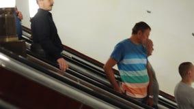 15 august 2018, Moskwa, Rosja - ruch eskalator w metrze z mnóstwo ludźmi zbiory