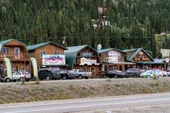 12. AUGUST 2018 - NATIONALPARK DENALI, ALASKA: Reihe von den Souvenirladen und von Restaurants bekannt als Funkeln-Bergschlucht stockbilder