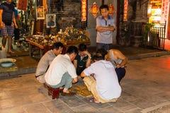 August 2013 - Pingyao, Shanxi, China - lokale Leute, die Mahjong nachts in der Südstraße spielen lizenzfreie stockbilder