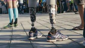 27 august 2016 Ryssland, Kazan, rörelsehindrad idrottsman nen med det prosthetic benet på triathlonkonkurrenser stock video