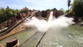 August 2015 - Spanien, Catalunya, Salou, PortAventura - Rollen von den Wasserrutschen Freizeitpark-Unterhaltungen stock footage