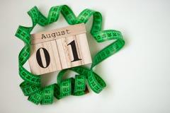 1. August stellte hölzerner Kalender am 1. August mit Zentimeterband ein Lizenzfreies Stockfoto