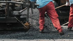 19 august 2018 Suzhou Kina Arbetare som gör asfalt med skyfflar på vägkonstruktion arkivfilmer