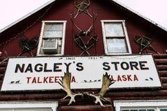 10. AUGUST 2018 - TALKEETNA, AK: Nagely-` s Speicher, ein ikonenhafter Gemischtwarenladen und Gemischtwarenladen ist mit Touriste stockfotografie