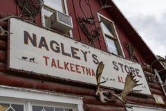 10. AUGUST 2018 - TALKEETNA, ALASKA: Nagely-` s Speicher, ein ikonenhafter Gemischtwarenladen in Alaska stockfoto