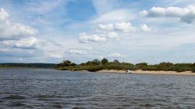 August tid för dag för landskap för flod för sommartid royaltyfri fotografi