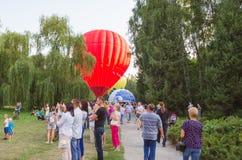 26 august 2017 Ukraina, Biały kościół Balonowy dżem Przygotowanie dla początku gorące powietrze balon Zdjęcie Stock
