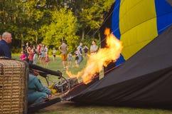 26 august 2017 Ukraina, Biały kościół Balonowy dżem Przygotowanie dla początku gorące powietrze balon Obraz Stock