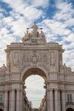 Augusta Street Triumphal Arch dans la place de commerce, Lisbonne images libres de droits