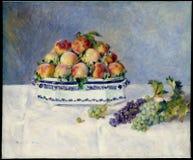 Auguste Renoir - stilleben med Peaches And Grapes arkivbilder