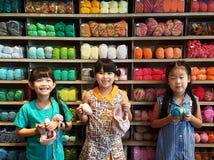 Augusti 14,2016 Bangkok i Thailand Thailändska flickor som sticker den woolen hatten hantverk och hobby för unge Arkivbilder