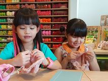 14,2016 augusti Bangkok in Tailandia Ragazze tailandesi che tricottano cappello di lana mestiere ed hobby per il bambino Fotografia Stock Libera da Diritti