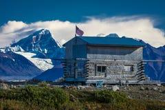 AUGUSTI 27, 2016 - den avlägsna kabinen längs den Denali huvudvägen, rutt 8, erbjuder sikter av Mt Deborah Mnt Hess berg & Mt Hay Arkivbild