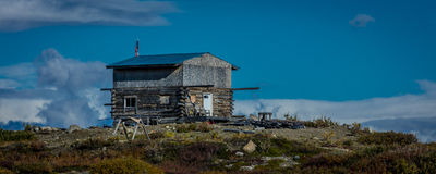 AUGUSTI 27, 2016 - den avlägsna kabinen längs den Denali huvudvägen, rutt 8, erbjuder sikter av Mt Deborah Mnt Hess berg & Mt Hay Royaltyfri Fotografi