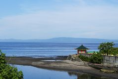 05 Augusti 2017, Dumaguete, Filippinerna: färgrik kinesisk kloster på havslandskap Royaltyfri Foto