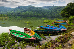 Augusti 20, 2014 - fartyg vid Phewa sjön i Pokhara, Nepal Royaltyfri Foto