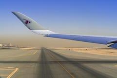 04 Augusti 2018 - flygplan från Qatar Airways QR ställs upp på Hamad International Airport royaltyfria foton