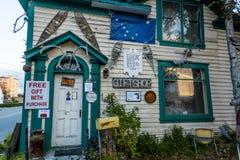 AUGUSTI 25, 2016 - giftshopen i stadens centrum Fairbanks, Alaska - Americana - tecken Arkivbild