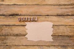 Augusti - kalendermånad i träkvarterbokstäver med handgjort PA Royaltyfri Bild