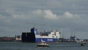 AUGUSTI 5, 2017 KLAIPEDA, LITAUEN Det Dfds sjövägskeppet seglar till Klaipeda port stock video