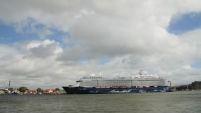 AUGUSTI 5, 2017 KLAIPEDA, LITAUEN Kryssningskeppet Mein schiff 6 anslöt på den Klaipeda hamnen lager videofilmer