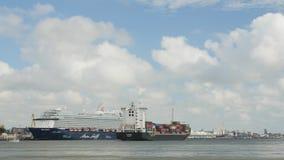 AUGUSTI 5, 2017 KLAIPEDA, LITAUEN Mein Schiff 6 kryssningskepp och Flottbek - behållareskepp i Klaipeda port arkivfilmer