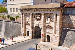 Augusti 21, 2012 Kroatien Zadar: Den Landward porten med lejonet av St Mark i Zadar royaltyfri foto