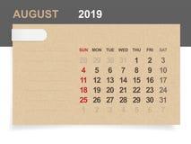 Augusti 2019 - månatlig kalender på bakgrund för brunt papper och trämed område för anmärkning royaltyfri illustrationer
