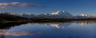 AUGUSTI 28, 2016 - montera Denali på den mirakel- sjön som föregående är bekant som Mount McKinley, maximumet för det högsta berg arkivbild