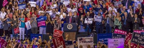 AUGUSTI 22, 2017, PHOENIX, AZ U S President Donald J Trumf talar till folkmassan av supportrar på Aktion demokrati royaltyfria bilder