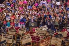AUGUSTI 22, 2017, PHOENIX, AZ U S President Donald J Trumf talar till folkmassan av supportrar på 2016 presidents- fond - raiser fotografering för bildbyråer