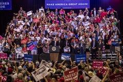 AUGUSTI 22, 2017, PHOENIX, AZ U S President Donald J Trumf talar till folkmassan av supportrar på 2016 presidents- fond - raiser royaltyfria foton