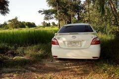 17 AUGUSTI 2016 SAKONNAKHON, THAILAND; , personlig bil som parkeras i en skog i avlägsna landsbygder I den norr öst av landet Arkivfoton