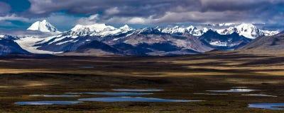 AUGUSTI 26, 2016 - sjöar av centralt alaskabo område - sänder 8, den Denali huvudvägen, Alaska, erbjudanden för en grusväg som be Royaltyfria Bilder