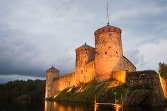 Augusti skymning på foten av de medeltida tornen av den Olavinlinna fästningen forntida solnedgång för savonlinna för finland fäs Arkivfoton