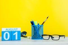 Augusti 1st bild av august 1, kalender på gul bakgrund med kontorstillförsel unga vuxen människa Arkivbilder