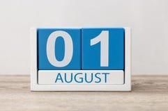 Augusti 1st bild av august 1, närbildträfärgkalender på vit bakgrund field treen Royaltyfri Bild