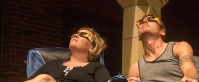 Augusti 21st, 2017 Ett par som håller ögonen på den sammanlagda sol- förmörkelsen i Lincoln, Nebraska på Augusti 21st, 2017 royaltyfria foton
