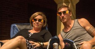 Augusti 21st, 2017 Ett par som håller ögonen på den sammanlagda sol- förmörkelsen i Lincoln, Nebraska på Augusti 21st, 2017 royaltyfri foto