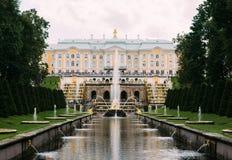 05 Augusti, 2016, St Petersburg, Ryssland - storslagen Peterhof slott, den storslagna kaskaden Arkivbild