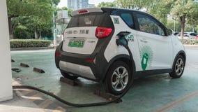 16 Augusti, 2018 Suzhou stad, Kina Strömförsörjning för elbiluppladdning bil som laddar den elektriska stationen för kaliberclose royaltyfri fotografi