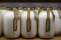 Augusti 11, 2016: Taipei Taiwan - den buteljerade yoghurten sålde i fiskmarknad i Taipei Royaltyfria Foton