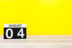 Augusti 4th Bild av august 4, kalender på gul bakgrund med tomt utrymme för text unga vuxen människa Royaltyfria Bilder