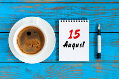Augusti 15th Dag 15 av månaden, lösblads- kalender på blå bakgrund med morgonkaffekoppen unga vuxen människa Top beskådar Arkivbilder