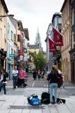 Augusti 4th, 2017, kork, Irland - kvinna som busking på den Oliver Plunkett gatan royaltyfria bilder
