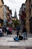 Augusti 4th, 2017, kork, Irland - kvinna som busking på den Oliver Plunkett gatan arkivfoton