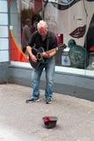 Augusti 4th, 2017, kork, Irland - man busking på den St Patrick gatan royaltyfri foto