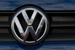 Augusti 11th, 2017, kork, Irland - som är nära upp av en Volkswagen logo Arkivbild