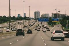 Augusti 12 2018, Toronto Kanada: Redaktörs- foto av huvudvägen 401 i det Toronto området 401na är den mest upptagna huvudvägen royaltyfria foton