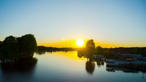 Augustow, Polen - circa mag, 2018: Kanaal en haven in de zomer bij zonsondergang, tijd-tijdspanne stock videobeelden